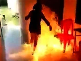 Vợ như ngọn đuốc sống chạy sang hàng xóm kêu cứu vì bị chồng cuồng ghen tưới xăng rồi châm lửa đốt