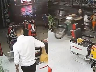 Chủ tiệm sợ tụt quần khi thấy khách nữ bốc đầu xe lao thẳng vào tiệm