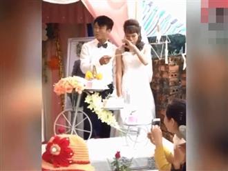 Clip chú rể kề dao lên miệng cô dâu trước mặt quan viên hai họ khiến dân mạng tranh cãi quyết liệt