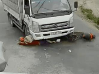 """Clip: Cô gái trẻ đi xe máy ngã """"bắn"""" người vào gầm xe tải, thoát chết thần kỳ nhờ cú đạp phanh của tài xế"""