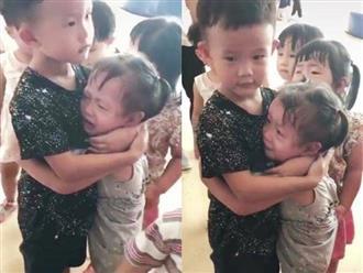 'Tan chảy' với cảnh anh trai ôm ấp, vỗ về em gái đang khóc nức nở trong ngày đầu tiên đi học
