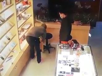 Clip: Giả vờ mua điện thoại rồi đâm chủ cửa hàng trọng thương
