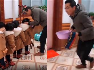 Clip hài hước: Bố 'chạy muốn tuột quần' để rửa mặt cho 4 con gái sinh tư nghịch ngợm