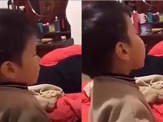 Ghen tị vì bố yêu mẹ hơn mình, bé trai trách móc siêu hài khiến người xem cười ngất