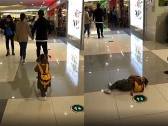Clip hài hước: Thấy bố mẹ 'tình bể bình', em bé nằm lăn ra đất giả vờ bất tỉnh