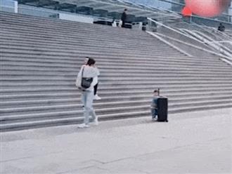 Clip hài hước: Bố mẹ tình bể bình mặc 'con rơi' lẽo đẽo đẩy vali phía sau