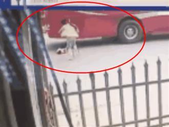 Clip mẹ quên khóa cổng, con trai 2 tuổi lao ra đường lớn gây ra cảnh tượng kinh hoàng
