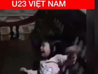 """Cổ động viên nhí mếu máo, khóc nức nở """"thấy thương"""" trước thất bại của U23 Việt Nam"""