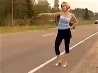 """Cách đi nhờ xe """"bá đạo"""" khiến anh em té ngửa"""