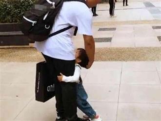 Con ăn vạ giữa đường vì không chịu đi bộ, hành động của ông bố khiến tất cả ồ lên kinh ngạc