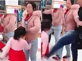 Bé gái hung hăng đá mẹ giữa trung tâm thương mại vì không được mua trà sữa