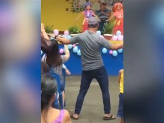Con múa trên sân khấu, bố ở dưới hướng dẫn cực tâm huyết khiến dân tình cười xỉu