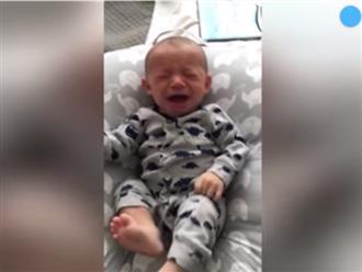 """Con nằng nặc đòi mẹ, ông bố thông minh tung chiêu dỗ con nín khóc ngay trong """"một nốt nhạc"""", thậm chí còn cười thành tiếng"""