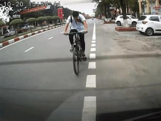 Cúi gằm mặt đạp xe, nam sinh tông thẳng vào ô tô nhưng thái độ sau đó mới gây bức xúc