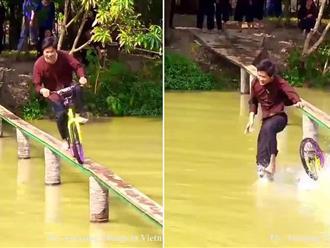 Cười đau ruột xem 'dân chơi miệt vườn' đạp xe qua cầu khỉ siêu hẹp