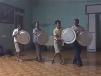 Cười ngất với đoạn clip các ông chú trung niên cầm mâm say mê tập múa tặng vợ ngày 20/10