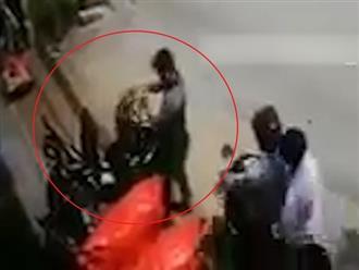 TP.HCM: Vừa mở cốp xe máy, người đàn ông bị cướp giật túi xách nhanh như chớp