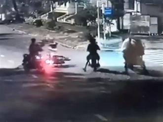 Giật túi xách không được, băng cướp lấy luôn xe máy nạn nhân tại TP.HCM