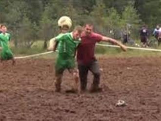 Cười vỡ bụng xem thanh niên trai tráng đá bóng trên bùn