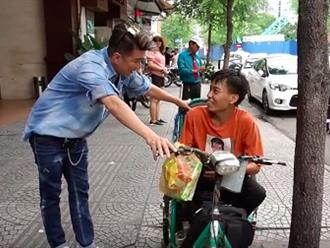 Lặn lội 12 tiếng để gặp thần tượng, chàng trai khuyết tật nhận được món quà bất ngờ từ Mr Đàm
