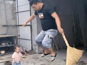 Dặn chồng quét sân, vợ kiểm tra thì 'giận tím người' với cảnh tượng nghịch ngợm 'tung trời' của hai bố con