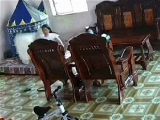 Đang nằm thảnh thơi trên giường, cô gái bất ngờ chạy tụt quần vì thấy 'khách không mời' lao vào nhà