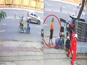 Đang ngồi xe lăn bán vé số, người đàn ông 'tàn tật' tung cú twist khó ngờ khiến người xung quanh câm nín