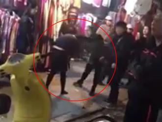 Xôn xao clip vợ cầm dép phang liên tiếp vào mặt bồ nhí của chồng trên phố Hà Nội