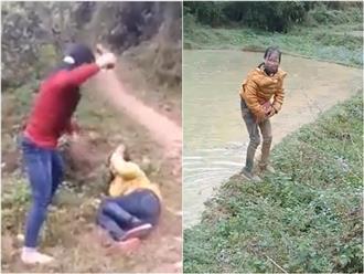 Đánh ghen: Vợ cầm dép đánh vào mặt bồ nhí tới tấp rồi ném xuống ao bùn