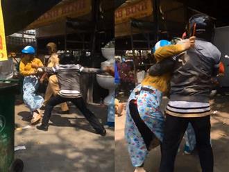 Bắt quả tang chồng đưa bồ nhí đi mua đồ Tết, vợ và con gái lao vào đánh ghen ầm ĩ