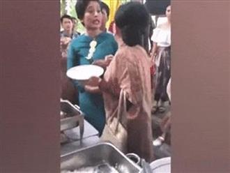 Ăn mặc sang chảnh dự đám cưới, 2 bà cô đánh nhau vì tranh giành thịt bò