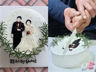 Đặt chiếc bánh kem mừng 30 năm ngày cưới bố mẹ, bạn trẻ khóc cạn nước mắt khi đến màn cắt bánh