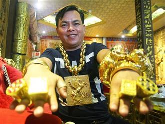 Hé lộ danh tính 'đại gia' đeo 13 kg vàng cổ vũ đội tuyển Việt Nam trên phố đi bộ