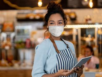 Đeo khẩu trang làm việc, nữ bồi bàn nhận được góp ý từ khách hàng nhưng lại được dân mạng đồng lòng bênh vực