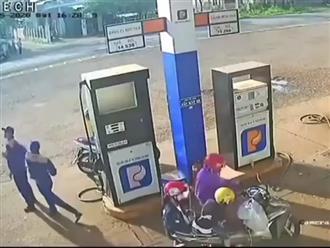 """Lo """"đi đường quyền"""" với đồng nghiệp, anh nhân viên trạm xăng không hề hay biết vừa đánh rơi một thứ có giá trị hơn cả tháng lương"""