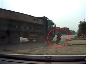 Đi vào điểm mù của ôtô tải, nữ tài xế xe máy thoát chết trong gang tấc