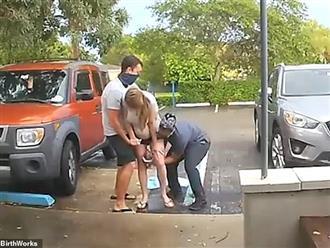 Clip: Người phụ nữ đứng rặn đẻ ngay trong bãi đỗ xe bệnh viện, cái kết ly kỳ khiến ai nấy nín thở