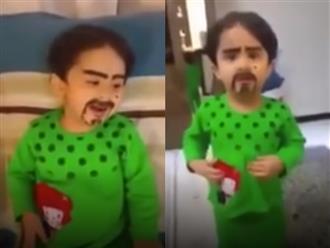 Bé trai khóc thét với trò đùa tinh quái của người lớn