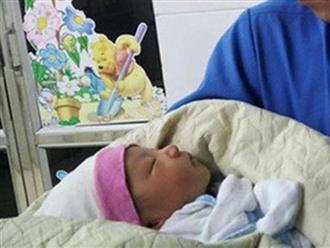 Hà Nội: Em bé nửa tháng tuổi bị bỏ rơi trong xe rác giữa đêm mưa như trút