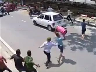 Gần 20 tên côn đồ xông vào khu trọ gây sự, từ thanh niên đến bà già đồng loạt cầm gậy đuổi đánh tán loạn