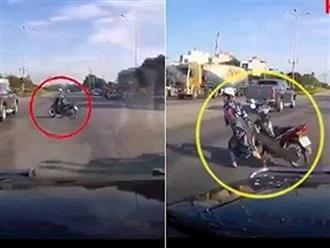 Hoảng sợ khi nghe ô tô bấm còi liên tục, nữ 'ninja' bỏ xe chạy lấy người