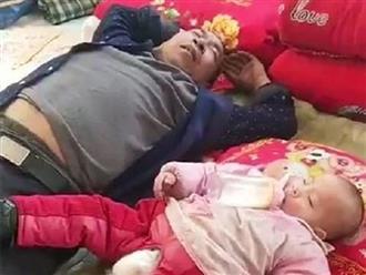 Gửi con cho ông nội trông, khi về nhìn cảnh tượng hai ông cháu ngủ mà người mẹ vừa buồn cười vừa tức