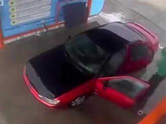 """Xem tài xế """"sạch sẽ nhất quả đất"""" rửa xe"""