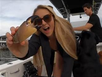 Hai cô gái nóng bỏng đứng trên du thuyền kéo lưới, kết quả khiến ai nấy mãn nhãn