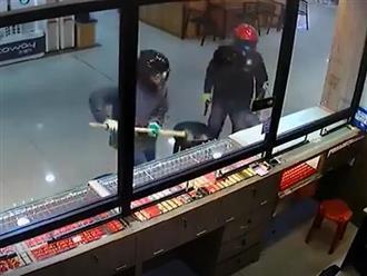 Hai tên cướp đập mãi không vỡ nổi kính tiệm vàng, nhân viên bên trong hành động khó tin khiến dân mạng cạn lời