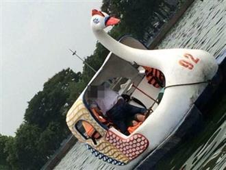 Ngồi trên thuyền vịt giữa sông, cặp đôi thân mật với 'tư thế lạ' khiến người xem ngượng chín mặt