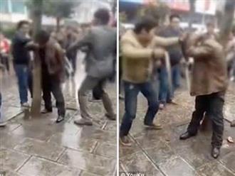 Hẹn hò với gái có chồng, người đàn ông bị trói vào cột đánh ghen dã man