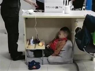 Hình ảnh cảm động: Em bé ngồi chơi ngoan ngoãn dưới gầm bàn làm việc của mẹ