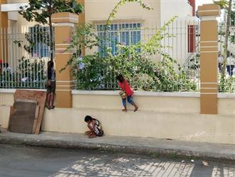 1 bức ảnh 2 số phận: Ba trẻ ăn xin nép bên hàng rào, háo hức nhìn học sinh vui chơi ngày khai giảng