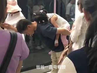 Bố khom lưng cõng con gái ngủ ở bệnh viện gây xúc động